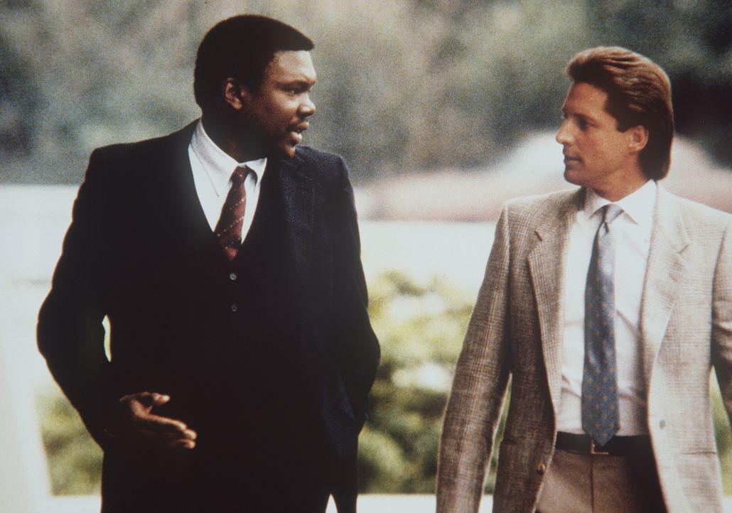 Lee (Bruce Boxleitner, r.) erfährt von seinem Geheimdienstkollegen McCaslin (Harold Sylvester, l.) dass er in Verdacht geraten ist, mit dem KGB zusa...