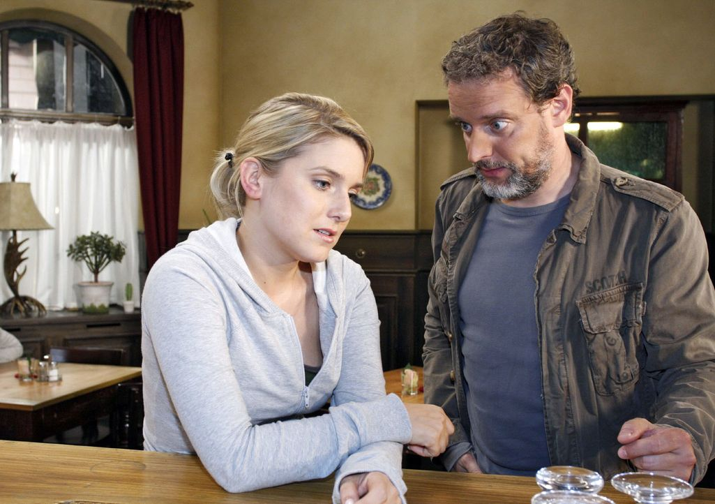 Anna (Jeanette Biedermann, l.) erzählt Ulrich (Wolfgang Wagner, r.), dass sie einen Brief von ihrem Vater bekommen hat. - Bildquelle: Noreen Flynn Sat.1