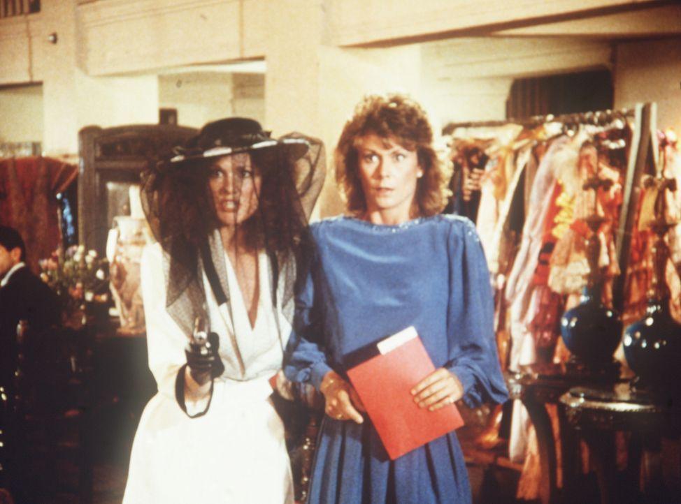 Kaum wird Amanda (Kate Jackson, r.) klar, dass die elegante Cecilia (Carla Borelli, l.) in all die Morde verwickelt ist, da greift diese auch schon...