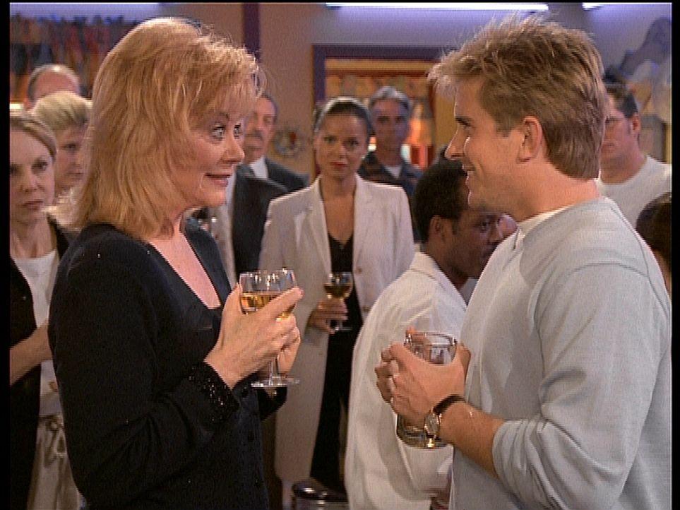 Jesse (Charlie Schlatter, r.) versucht, seiner Mutter (l.) klarzumachen, dass er in Los Angeles sein eigenes Leben führen möchte. - Bildquelle: Viacom