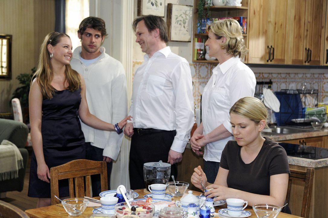 Katja und Jonas verkünden ihre Hochzeitspläne - was Armin dazu verleitet, Anna als Trauzeugin vorzuschlagen. v.l.n.r.: Katja (Karolina Lodyga), Jona... - Bildquelle: Oliver Ziebe Sat.1