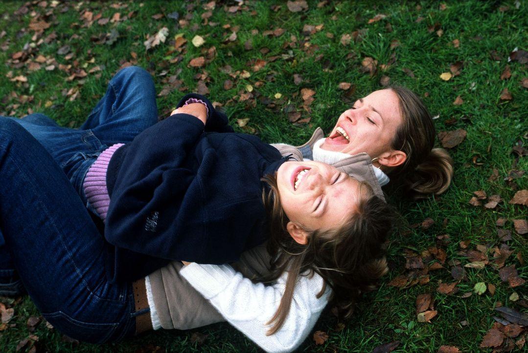 Kathrin (Anneke Kim Sarnau, r.) und ihre Nichte Lilly (Sina Richardt, l.) sind die besten Freundinnen. - Bildquelle: Volker Roloff Sat.1