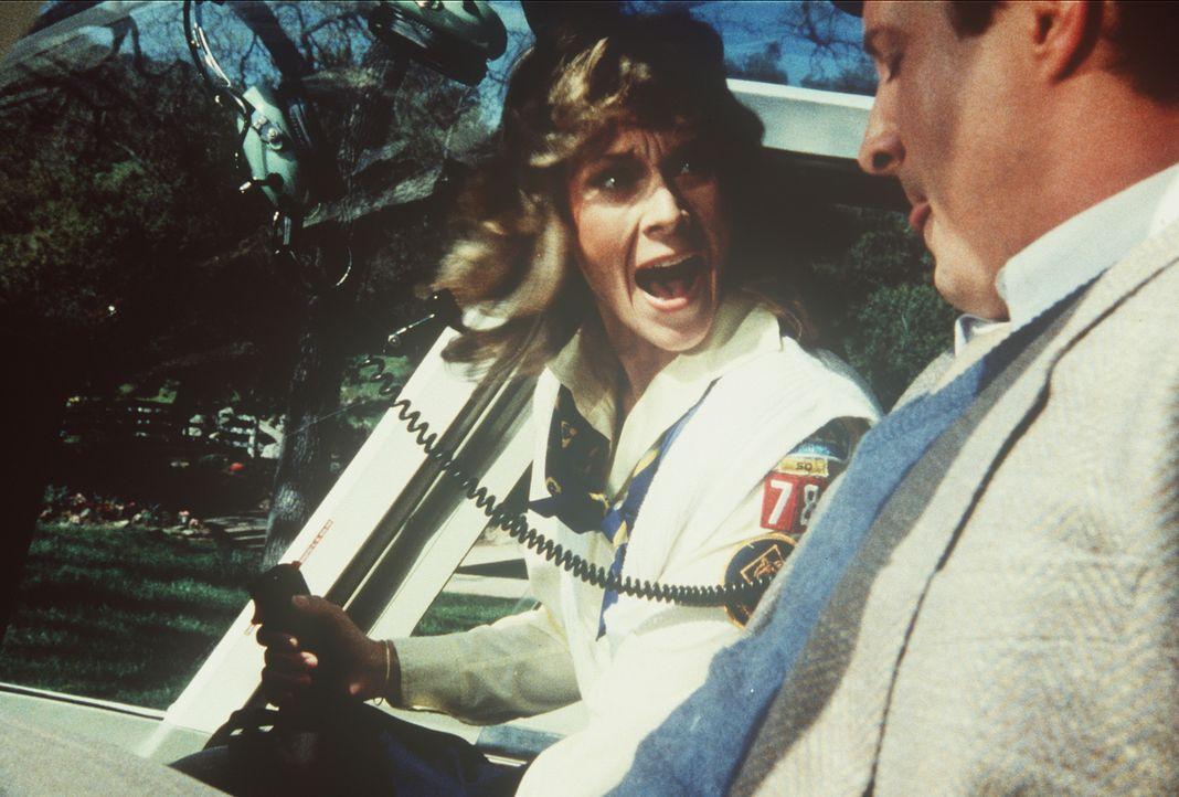 Amanda (Kate Jackson, l.) kann es nicht glauben, aber jetzt muss sie auch noch einen Hubschrauber fliegen, um den gefesselten Lee (Bruce Boxleitner,... - Bildquelle: CBS Television