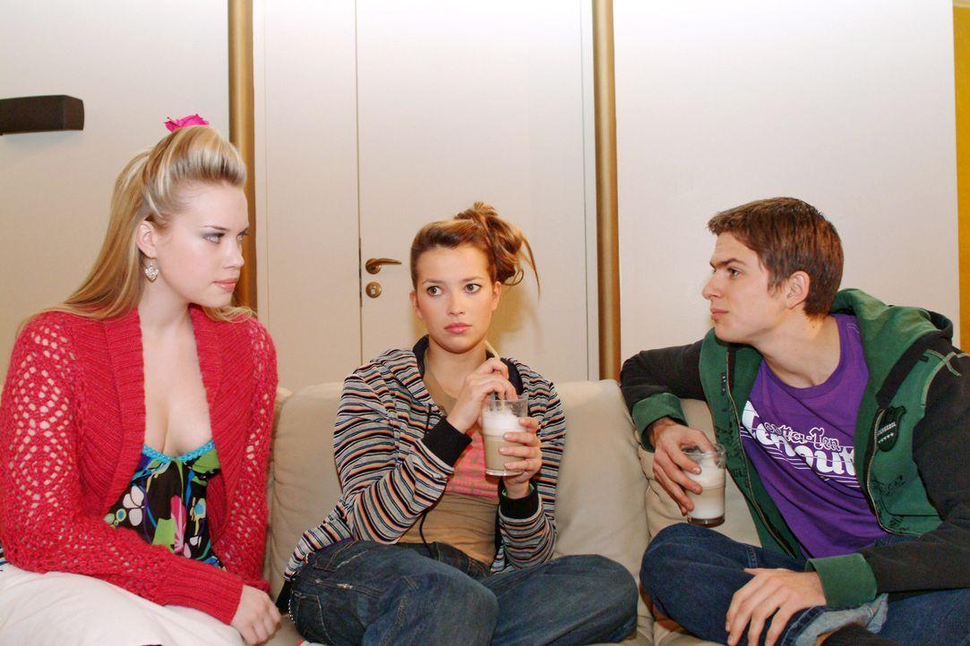 Timo (Matthias Dietrich, r.) lässt Kim (Lara-Isabelle Rentinck, l.) im Beisein von Hannah (Laura Osswald, M.) spüren, dass sie weder erwünscht ist n... - Bildquelle: Monika Schürle Sat.1