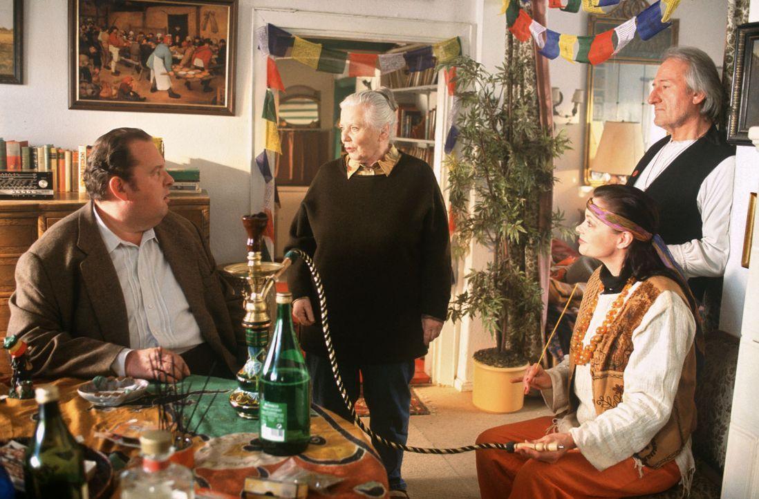 Benno (Ottfried Fischer, l.) trifft im Wohnzimmer auf das Hippie-Pärchen Joe (Sepp Sauer, r.) und Irene (Manon Straché, 2.v.r.), das Resi (Ruth Drex... - Bildquelle: Magdalena Mate Sat.1
