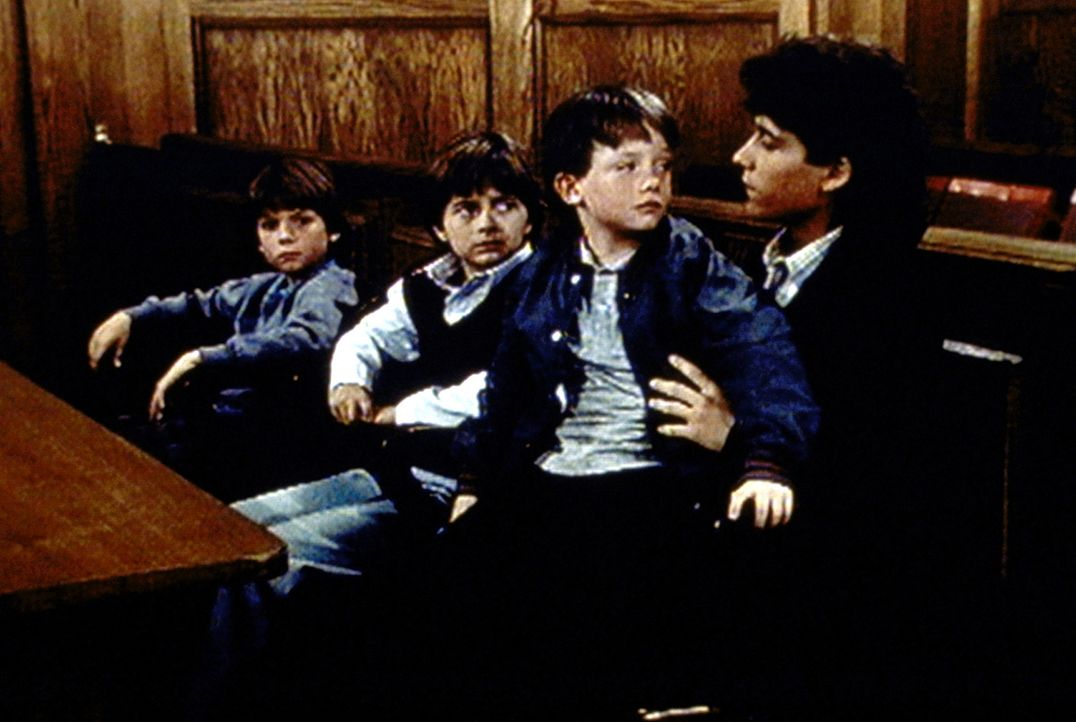 Nach dem Tod der Eltern will das Jugendamt Josh Barnett (Byron Thames, r.) von seinen drei kleinen Brüdern trennen. - Bildquelle: Worldvision Enterprises, Inc.