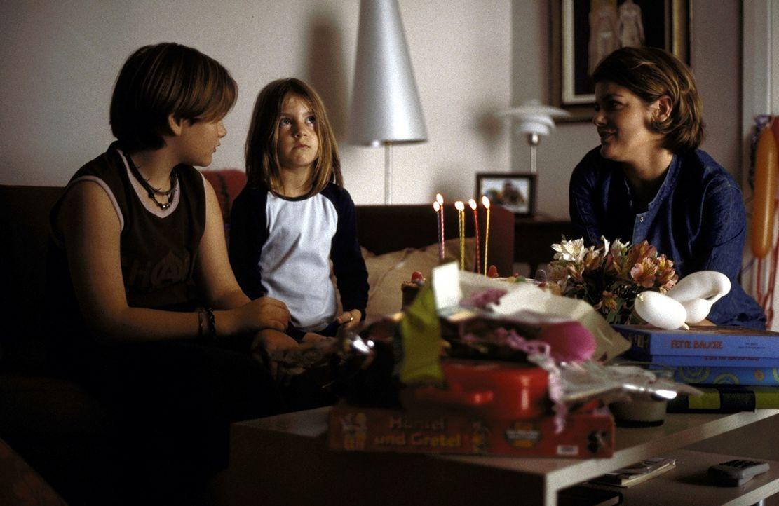 Der heiß ersehnte Tag ist gekommen: Susanne (Sina Richardt, M.) feiert ihren 6. Geburtstag mit ihrer Mutter Verena (Birge Schade, r.) und ihrem Brud... - Bildquelle: Boris Guderjahn ProSieben