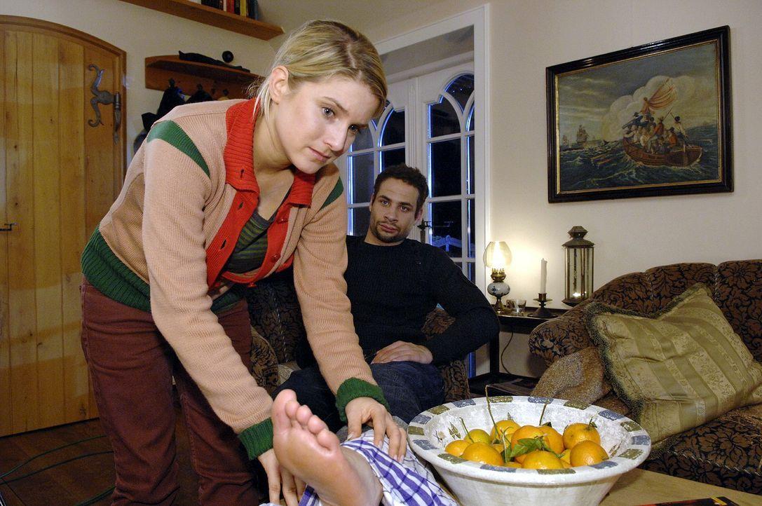 Anna (Jeanette Biedermann, l.) kümmert sich liebevoll um Jannicks (Mike Adler, r.) verstauchten Fuß. - Bildquelle: Claudius Pflug Sat.1