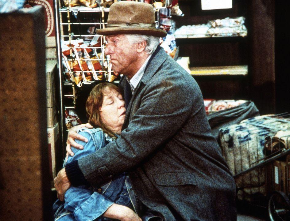 Margaret (Miriam Byrd Nethery, l.), Wallys (Dick Van Dyke, r.) Freundin, wurde angeschossen und stirbt in seinen Armen. - Bildquelle: Worldvision Enterprises, Inc.