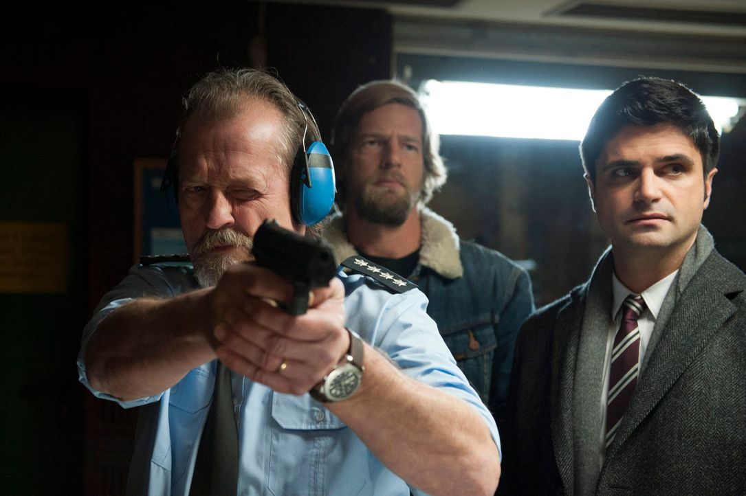 Als die junge Polizistin Silke Dresbach am Gelände der Polizeiakademie Essen ermordet aufgefunden wird, werden Mick (Henning Baum, M.) und Andreas (... - Bildquelle: Martin Rottenkolber SAT.1