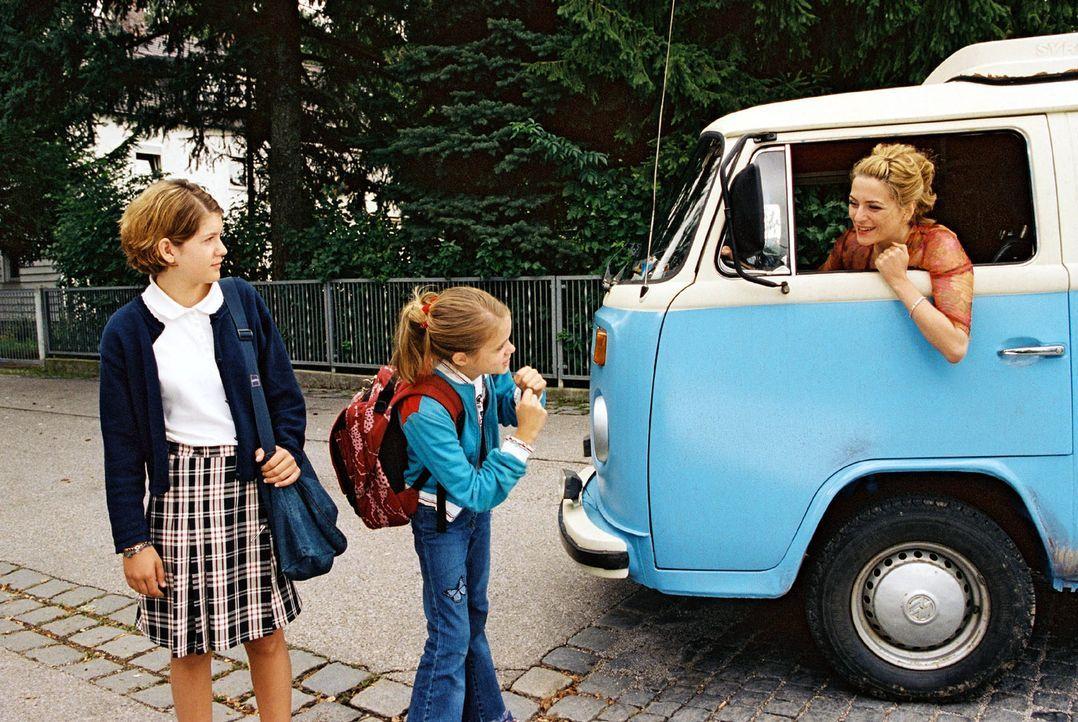 Paula (Martina Gedeck, r.) ist mit ihren beiden Töchtern Fidel (Anja Sommavilla, l.) und Lisa (Sidonie von Krosigk, M.) wieder mal umgezogen. Hoffen... - Bildquelle: Erika Hauri Sat.1