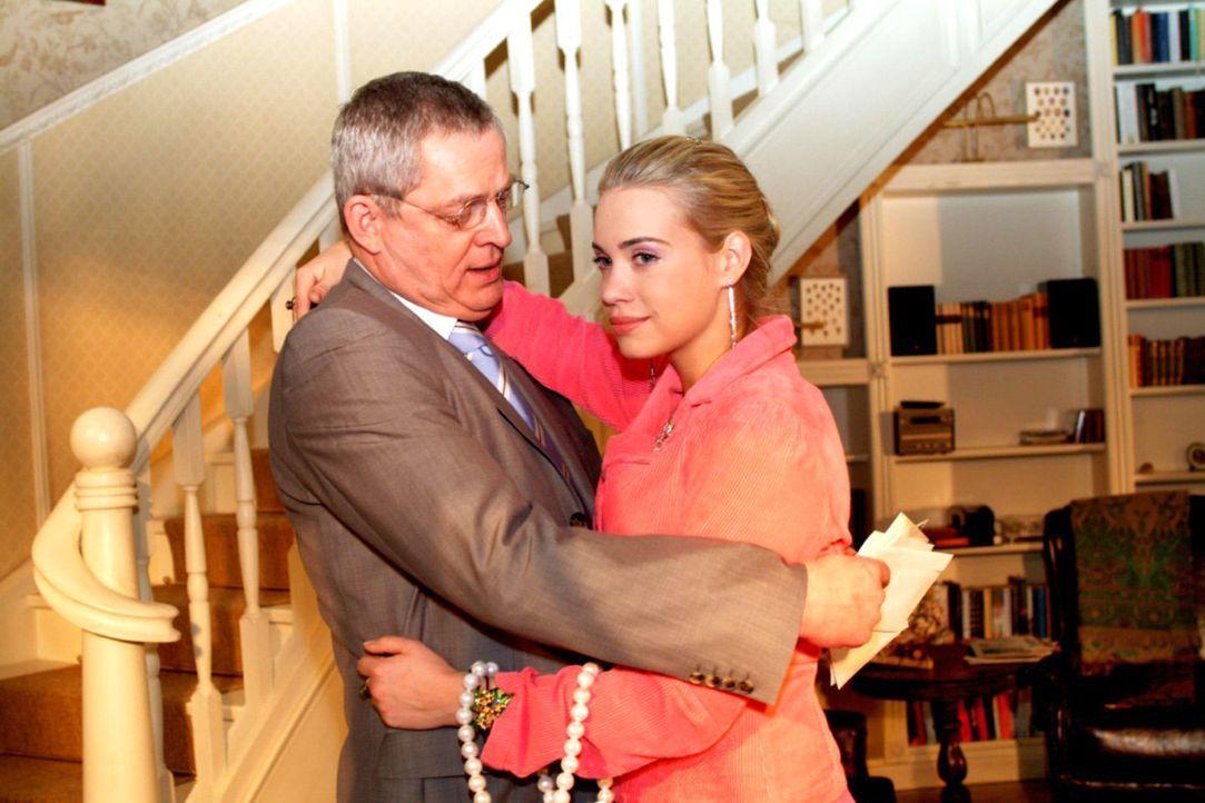 Kim (Lara-Isabelle Rentinck, r.) ist glücklich, dass Friedrich (Wilhelm Manske, l.) sie versteht, dass sie nicht wieder zu Hause einziehen, sondern... - Bildquelle: Monika Schürle Sat.1