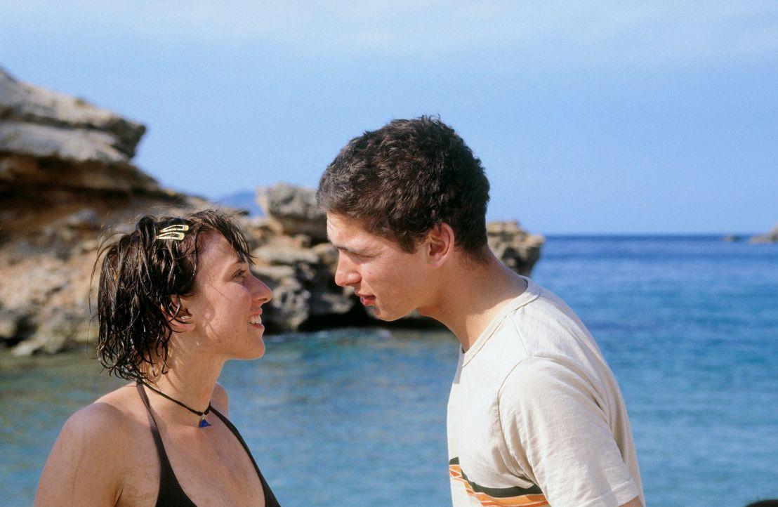 Obwohl David (Paco Luca Nitsche, r.) seit einem halben Jahr in Isabelle (Lisa Augustin, l.) verliebt ist, geht er auf ihre eindeutigen Avancen nicht... - Bildquelle: Nadja Klier ProSieben