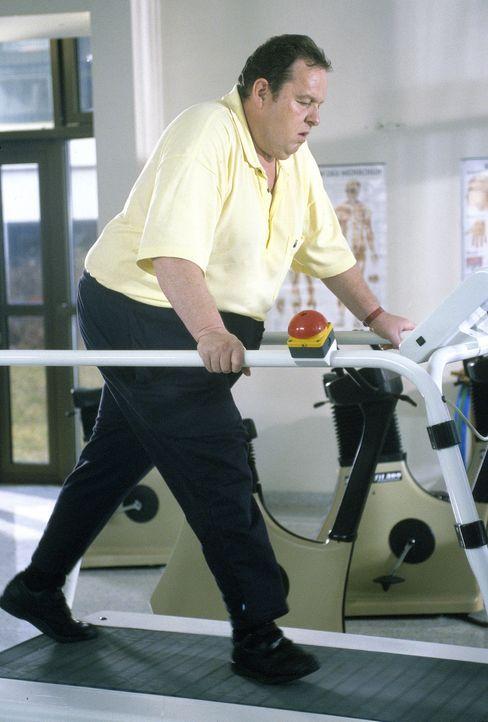Um den Mord aufzuklären, nimmt Benno (Ottfried Fischer) auch körperliche Strapazen auf sich. - Bildquelle: Magdalena Mate Sat.1