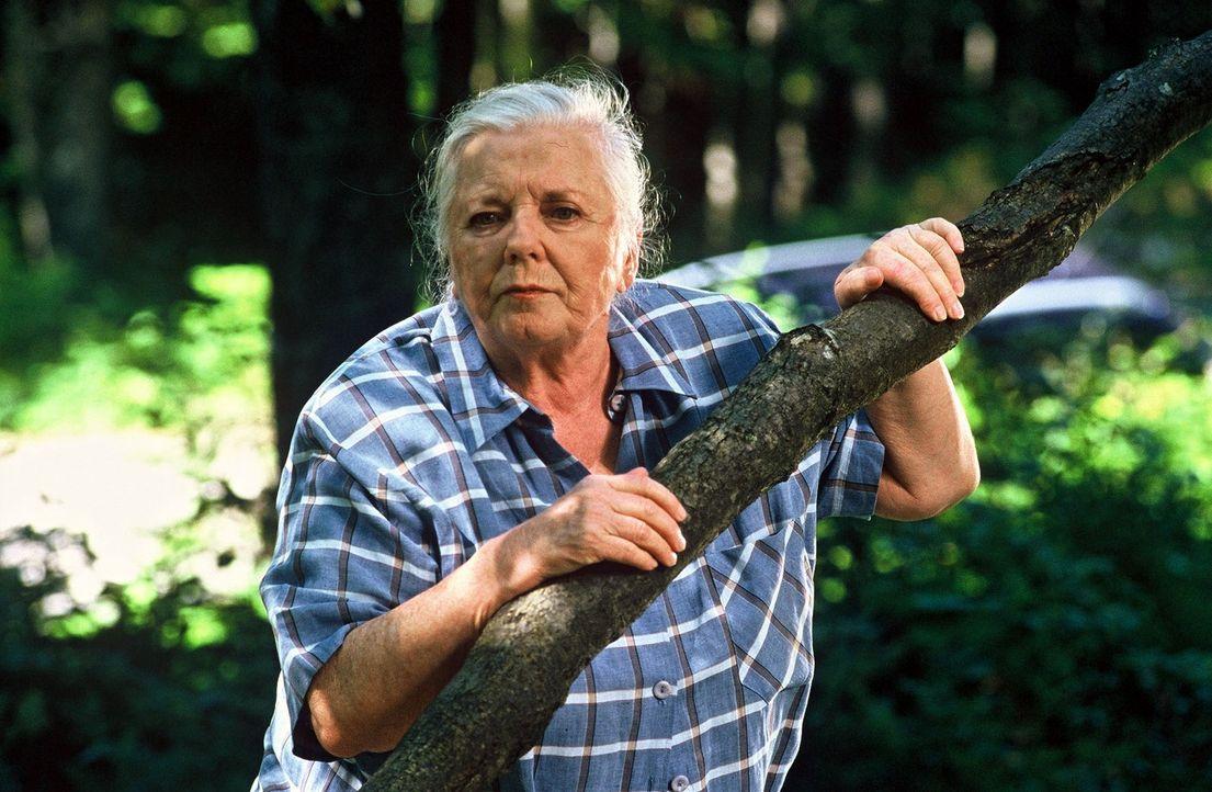 Resi Berghammer (Ruth Drexel) macht im Wald eine Entdeckung. - Bildquelle: Magdalena Mate Sat.1