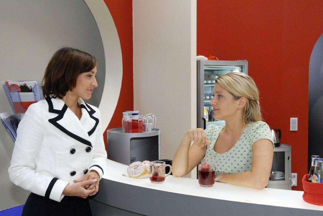Anna (Jeanette Biedermann, r.) und Vanessa (Maike von Bremen, l.) gelingt es zunächst nicht, sich hinsichtlich ihrer Freundschaft auszusprechen ... - Bildquelle: Christoph Assmann Sat.1