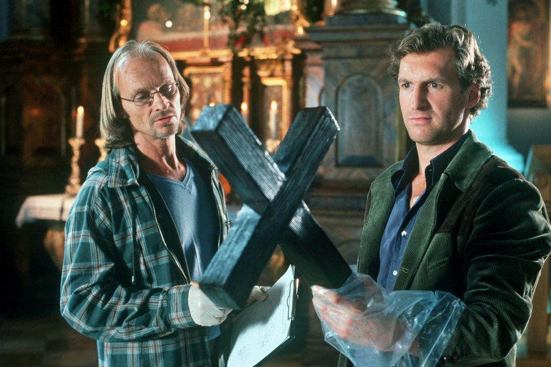 In der Murnauer Kirche wird eine Anwältin ermordet. Dr. Jahn (Eisi Gulp, l.) und Mark (Siegfried Terpoorten, r.) untersuchen die Mordwaffe, das Holz... - Bildquelle: Kerstin Stelter Sat.1