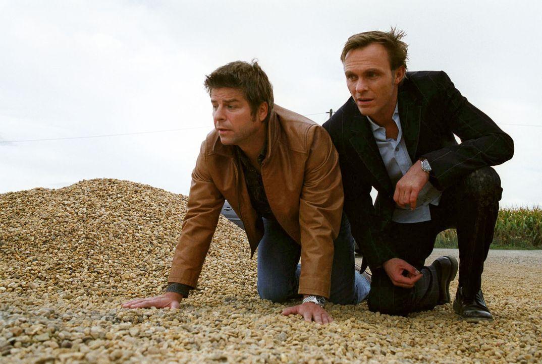 Jupp (Uwe Fellensiek, l.) und Falk (Dirk Martens, r.) pirschen sich an, um Haupt und seinen Sohn aus den Händen ihres Entführers zu befreien. - Bildquelle: Thekla Ehling Sat.1