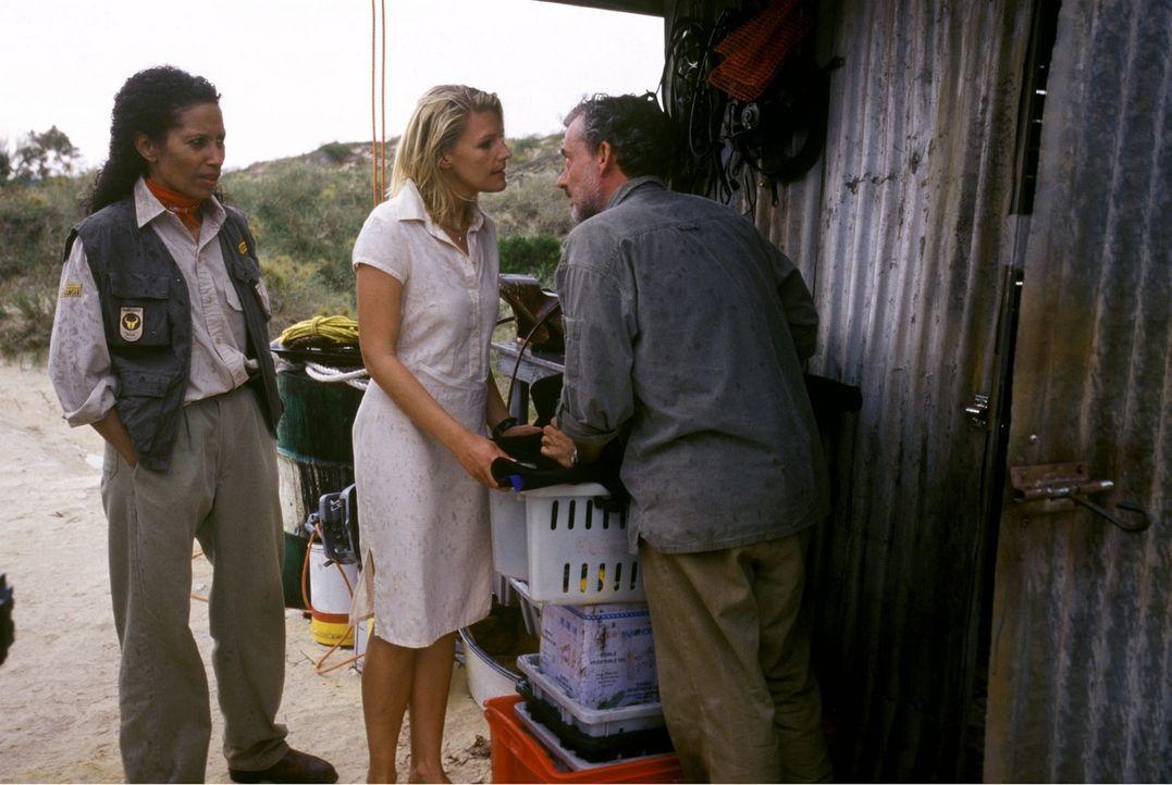 Ein Taifun hat sich angekündigt: Elena (Sophie Schütt, M.) und Mathilda (Karin Boyd, l.) versuchen vergeblich, Steve (Rolf Kanies, r.) davon abzuhal... - Bildquelle: Megan Lewis Sat.1