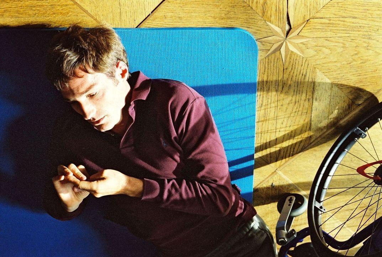 Jonathan (Benjamin Sadler) bei seinen täglichen gymnastischen Übungen. - Bildquelle: Susan Skelton Sat.1