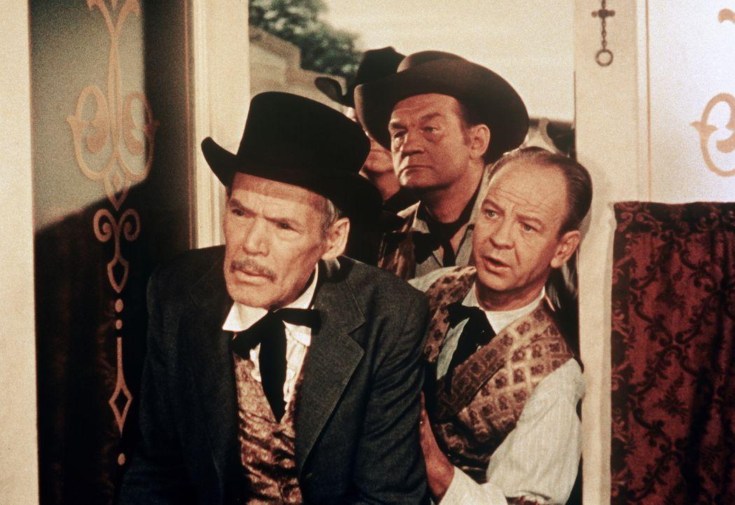 Die Einwohner des Örtchens Kiowa Flats halten Little Joe und Hoss Cartwright irrtümlich für angeheuerte Revolverhelden ... - Bildquelle: Paramount Pictures
