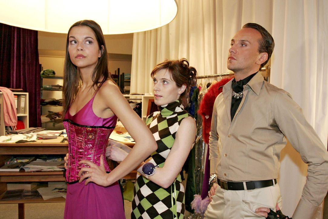 Hugo (Hubertus Regout, r.) ist bei der Vorbereitung der Fashion Show sowieso der Verzweiflung nahe - und nun zickt auch noch das Topmodel (Susan Hoe... - Bildquelle: Noreen Flynn Sat.1
