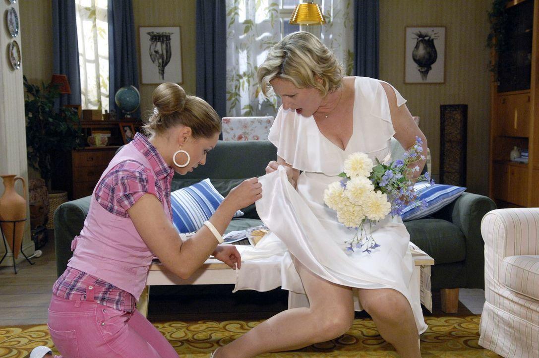 Susanne (Heike Jonca, r.) gerät in Panik, als Katja (Karolina Lodyga, l.) entdeckt, dass ihr Hochzeitskleid gerissen ist. - Bildquelle: Claudius Pflug Sat.1