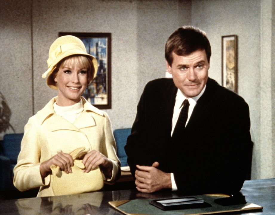 Ein Zauber hat Tony (Larry Hagman, r.) endlich heiratswillig gemacht, doch Jeannie (Barbara Eden, l.) hat mit ihren Zauberkünsten gegen ein ehernes... - Bildquelle: Columbia Pictures