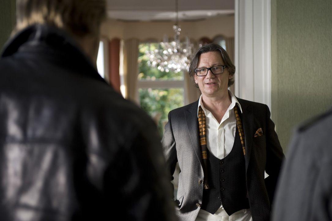 Welche Rolle spielt Hotelier Breuer (Hannes Hellmann), der beste Kunde von dem ermordeten Fengshui-Meister Linus Nader? - Bildquelle: Martin Rottenkolber SAT.1