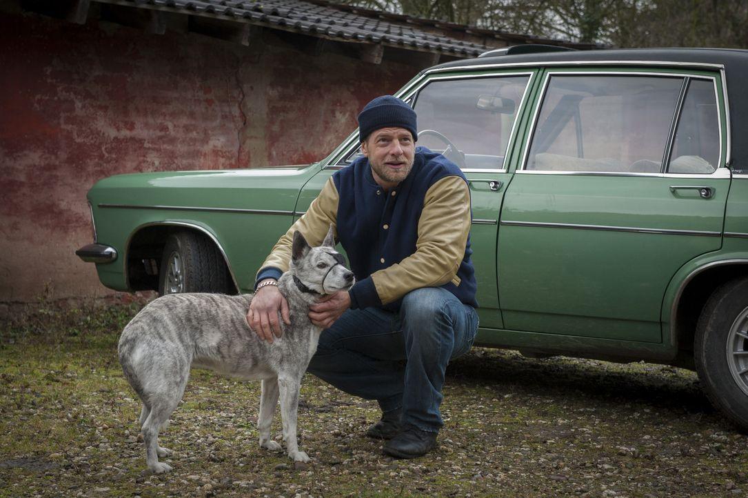 """Ist ein Tierfreund, der aber mit dem """"Karma-Quark"""" nichts am Hut hat: Mick (Henning Baum) ... - Bildquelle: Martin Rottenkolber SAT.1 / Martin Rottenkolber"""