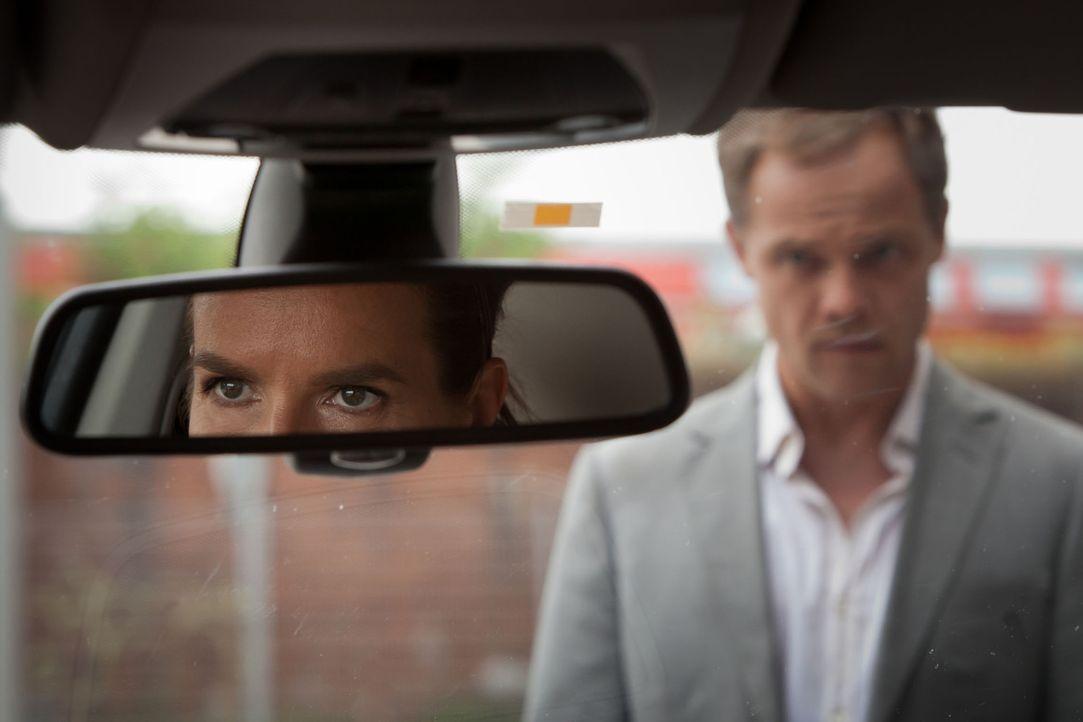 Katarina (Katarina Witt, l.) schaut Breiler (Matthias Koeberlin, r.) prüfend in die Augen: Kann sie diesem Mann wirklich bedingungslos vertrauen? - Bildquelle: Conny Klein SAT. 1