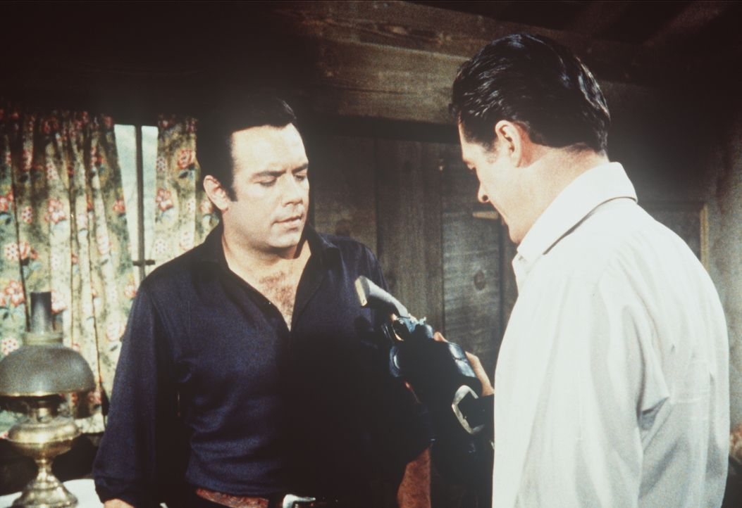 Nur Adam Cartwright (Pernell Roberts, l.) hält zu dem einstigen Revolverhelden Ed Payson (Robert Culp, r.), der von den Bürgern Virginia Citys gemie... - Bildquelle: Paramount Pictures