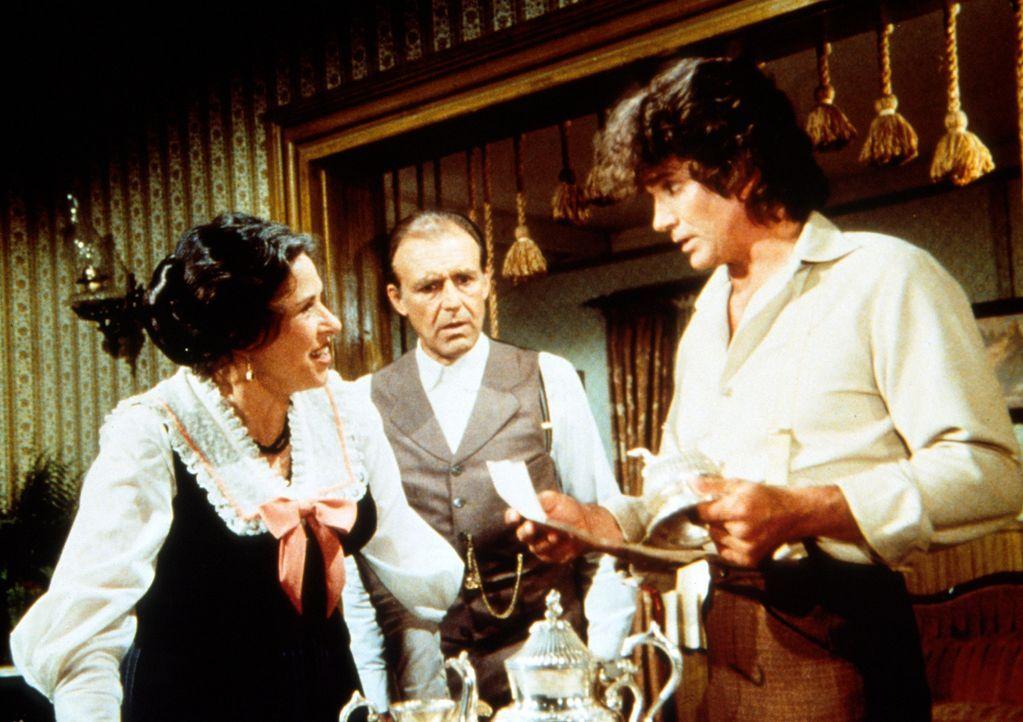 Charles Ingalls (Michael Landon, r.) teilt der entsetzten Mrs. Oleson (Katherine MacGregor, l.) mit, dass ihr günstig erworbenes Silberservice Diebe... - Bildquelle: Worldvision