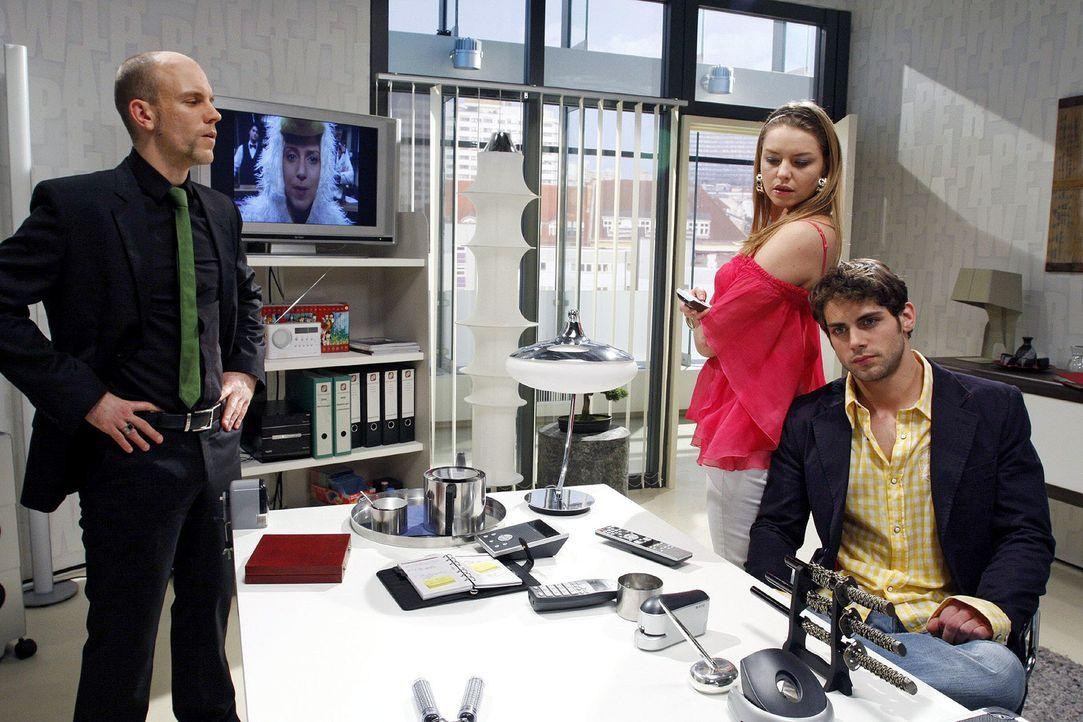 Katja ist nicht begeistert, als sie Annas Liebeserklärung an Jonas zu Gesicht bekommt. v.l.n.r.: Gerrit (Lars Löllmann), Katja (Karolina Lodyga), Jo... - Bildquelle: Noreen Flynn Sat.1