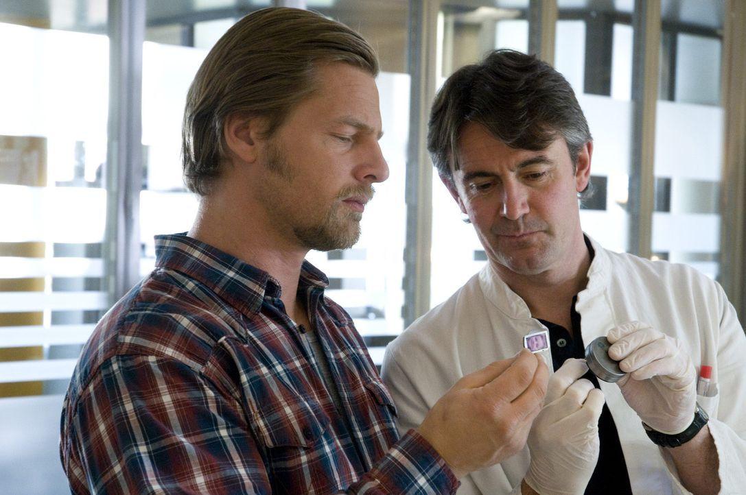 Pathologe Roland Meisner (Robert Lohr, r.) hat eine Riesenüberraschung für Mick (Henning Baum, l.): Die Pillendöschen haben einen doppelten Boden ..... - Bildquelle: Martin Rottenkolber SAT.1