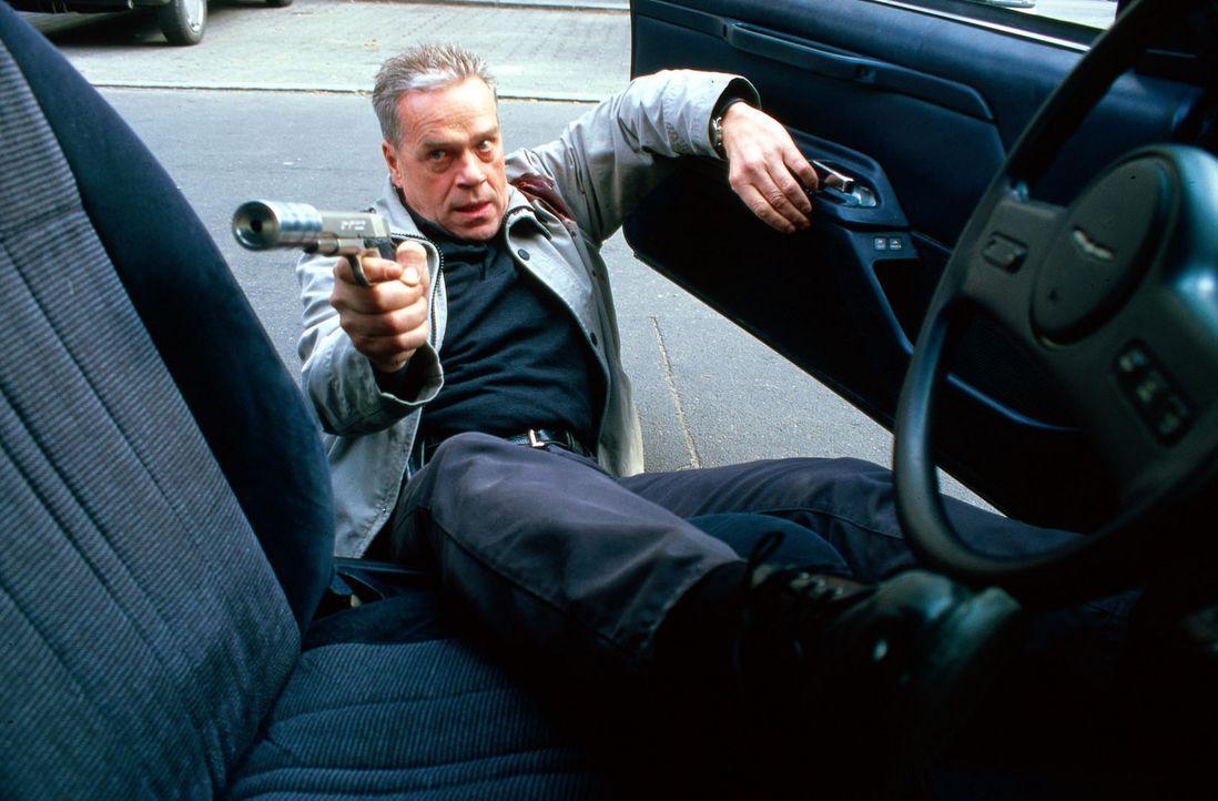Wolff (Jürgen Heinrich) wird angeschossen. - Bildquelle: Bienert Sat.1