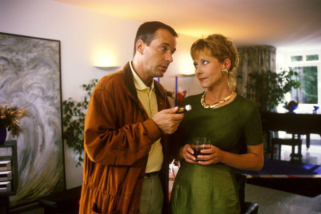 Seit Dr. Stein (Christoph Schobesberger, l.), der seine psychisch kranke Frau Lena (Susanne Meierhofer, r.) zu sich nach Hause geholt hat, ruft sie... - Bildquelle: Noreen Flynn Sat.1
