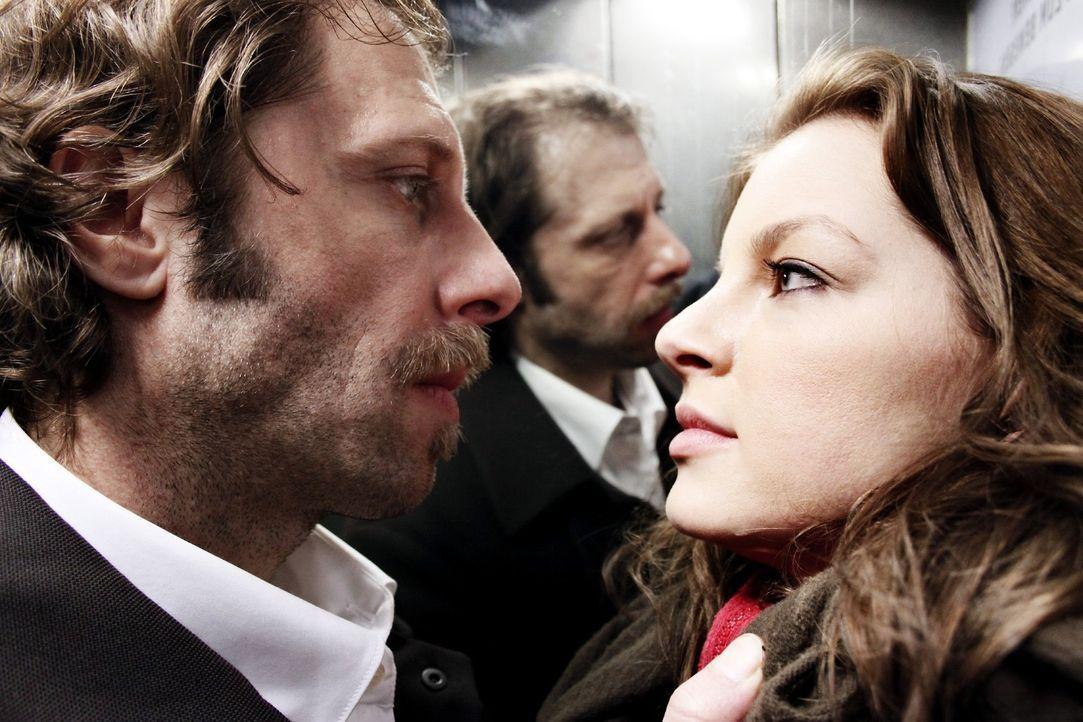 Als der korrupte Polizist Kohler (Oliver Korittke, l.) von Maria (Yvonne Catterfeld, r.) angezeigt wird, bedroht er sie massiv. Allerdings ahnt er n... - Bildquelle: Wilma Roth Sat.1