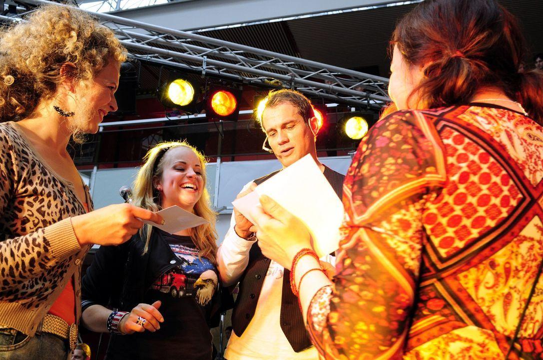 Der erfolglose Sänger Martin (Ralf Bauer, 2.v.r.) tingelt durch die Einkaufscenter und kann mit seinen alten Hits immer noch ein paar Fans begeister... - Bildquelle: Christiane Pausch Sat.1