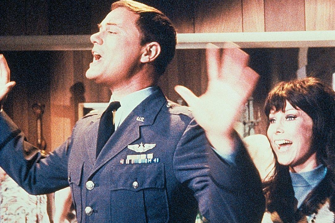 Suzie (Hilarie Thompson, r.), ein Hippie, nistet sich bei Tony (Larry Hagman, l.) ein und veranstaltet laufend Feten. - Bildquelle: Columbia Pictures