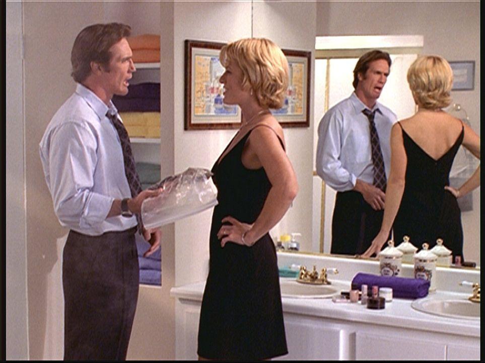 Die Reporterin Shelby Turner (Shawn Huff, r.), die zusammen mit Steve (Barry Van Dyke, l.) verdeckt ermittelt, übergibt ihm eine Tüte voller Wanzen,... - Bildquelle: Viacom