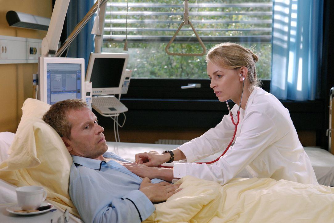 Edda (Simone Hanselmann, r.) hat einen neuen Patienten, der ein Trauma erleidet, als er kurz vor der Hochzeit erfährt, dass seine Frau mit anderen M... - Bildquelle: Heike Ulrich ProSieben