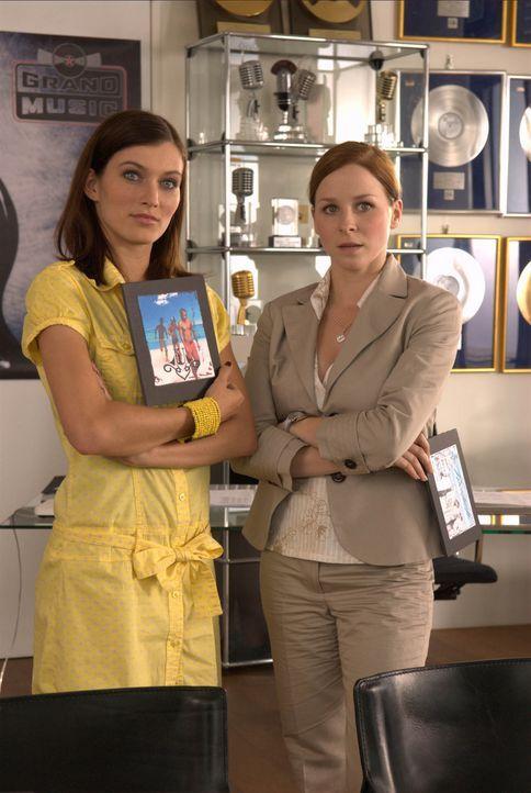 Kennen im Wettstreit um den begehrten Job keinerlei Mitleid: Annika (Jasmin Schwiers, r.) und Cora (Sylta Fee Wegmann, l.) ... - Bildquelle: Elke Werner ProSieben
