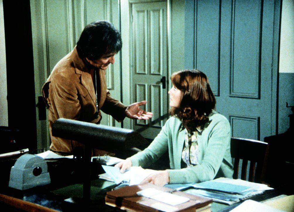 Das Märchen von Hollywood erzählt der Dokumentarfilmer Barry Stone (Henry Darrow, l.) Erin Walton (Mary Beth McDonough, r.), um ihre Unterstützung b... - Bildquelle: WARNER BROS. INTERNATIONAL TELEVISION