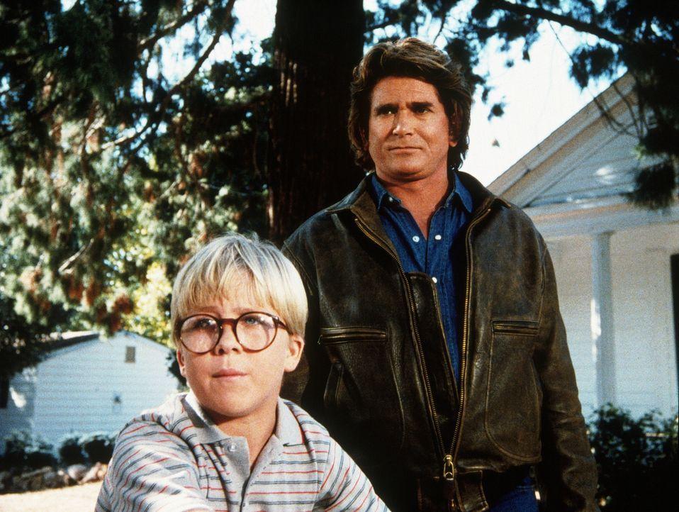 Ridley (Peter Billingsley, l.), der kleine Wichtigtuer, erzählt Jonathan (Michael Landon, r.) von dem schrecklichen Monster, das in der Stadt sein U... - Bildquelle: Worldvision Enterprises, Inc.