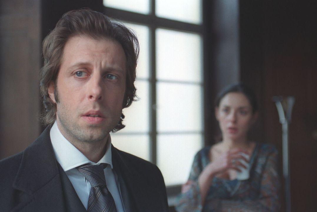 Dass Steiner auch seine Frau Jenny (Sabrina White, r.) befragt, behagt Kai (Oliver Korittke, l.) nicht. - Bildquelle: Thomas Kost Sat.1