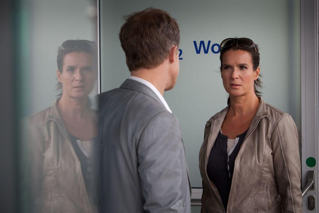 Ein Wolf im Schafspelz: In der Sorge, erneut Opfer eines Stalkers zu werden, erlaubt Katarina Witt (Katarina Witt, r.) dem rührigen Polizisten Marti... - Bildquelle: Conny Klein SAT. 1