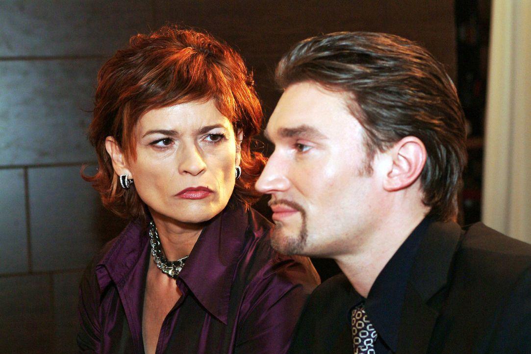 Sophie (Gabrielle Scharnitzky, l.) zweifelt zunehmend an Richards (Karim Köster, r.) Unschuldsbeteuerungen. Immer mehr glaubt sie, dass er auch in d... - Bildquelle: Monika Schürle Sat.1