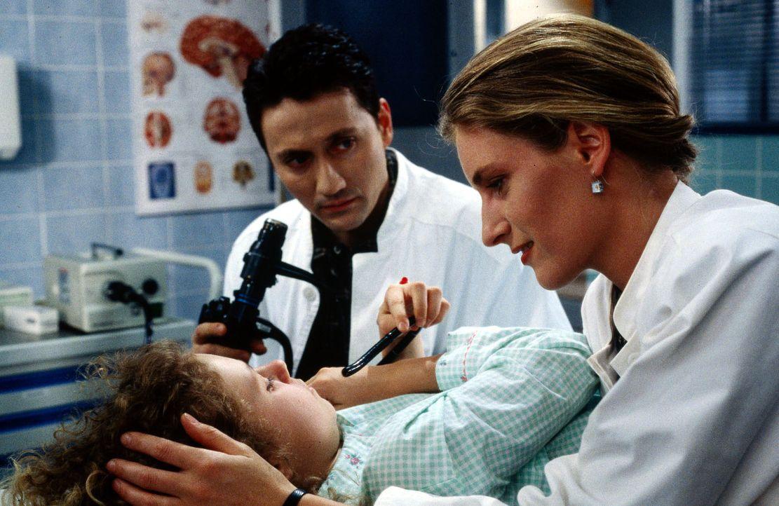 Die kleine Anne (Maria Thieme, liegend) wird mit Verdacht auf ein Magengeschwür eingeliefert. Als Dr. Kampmann (Ulrich Reinthaller, l.) das Mädchen... - Bildquelle: Werner Dähn Sat.1