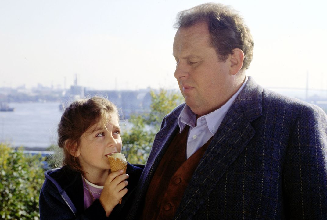 Gottfried Engel (Ottfried Fischer, r.) wird von der kleinen Paula Bühner (Sarina Buhr, l.) unfreiwillig in die Suche nach ihrem Papa involviert - wä... - Bildquelle: Mike Gast SAT.1 / Mike Gast